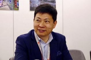 日本メディアのグループインタビューに応じたファーウェイ・コンシューマー・ビジネス・グループ最高経営責任者(CEO)のリチャード・ユー氏