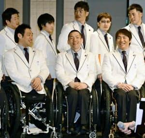 アルペンスキー座位の(手前左から)鈴木猛史、狩野亮、森井大輝。日本は第2回大会から選手団を派遣している=共同