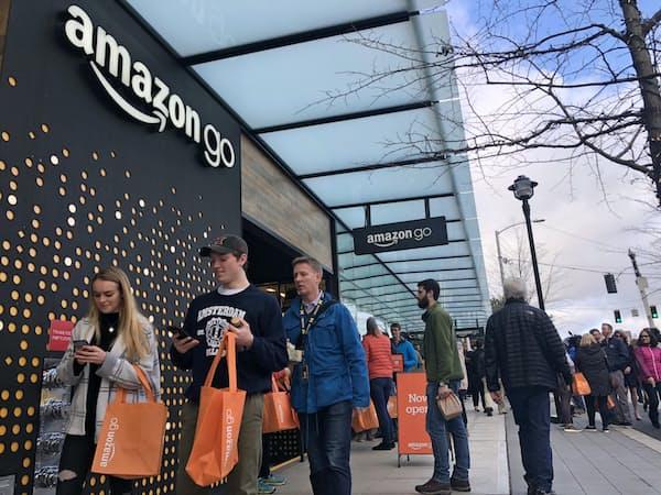 昼どきには最先端のコンビニを体験しようと、周辺で働く多くの人が「アマゾン・ゴー」に訪れた(22日、シアトル)