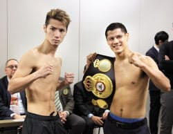 WBAスーパーバンタム級タイトルマッチの前日計量を終え、記念撮影に応じる松本亮(左)とダニエル・ローマン(27日、東京都内)=共同