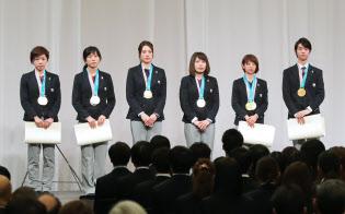 解団式ではメダリストにオリンピック特別賞とともに報奨金の目録も手渡した(27日、東京都港区)