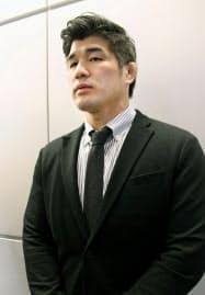 柔道のグランドスラムから帰国し、取材に応じる男子日本代表の井上康生監督(27日、成田空港)=共同