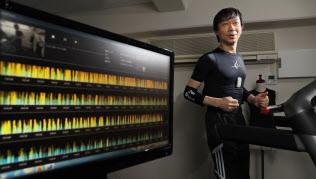 塚田信吾氏は医師からNTTに転じ、生体情報を測定できる素材を開発した(横浜市)