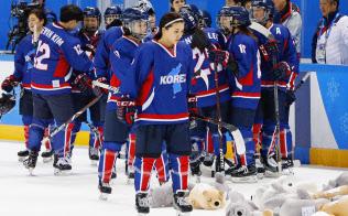 アイスホッケー女子の1次リーグを3連敗で終えた「コリア」=共同