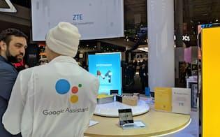 ZTEのブースにはグーグルの「説明者」がいる(27日、バルセロナ)