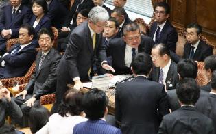 衆院予算委で18年度予算案の採決に反対し委員長席を取り囲む野党理事ら(28日午後)