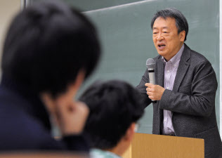 いけがみ・あきら 東京工業大学特命教授。1950年(昭25年)生まれ。73年にNHKに記者として入局。94年から11年間「週刊こどもニュース」担当。2005年に独立。主な著書に「池上彰のやさしい経済学」(日本経済新聞出版社)、「池上彰の18歳からの教養講座」(同)、「池上彰の君たちと考えるこれからのこと」(同)、近著「池上彰の世界はどこに向かうのか」(同)。長野県出身。67歳。