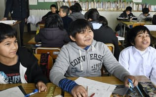 外国人の親を持つ児童は全体の45%に上る(三重県津市の市立敬和小学校)