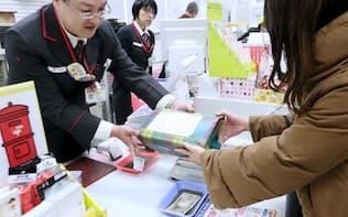 日本郵便の宅配便「ゆうパック」を取り扱う郵便局の窓口。3月から値上げする(東京都千代田区)