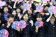 2020年東京五輪・パラリンピックのマスコットのうちわを手にする児童ら(28日午後、東京都品川区)