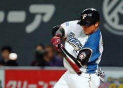 台湾プロ野球ラミゴとの交流試合で本拠地初出場を果たし、第1打席の2回、フェンス直撃の右中間二塁打を放つ日本ハムの清宮幸太郎内野手。プロ初安打を記録した(28日、札幌市の札幌ドーム)=共同