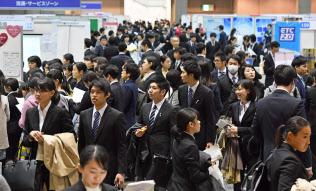 企業の合同説明会を訪れた就活生(2月24日、東京都江東区の東京ビッグサイト)