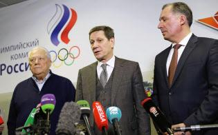 ROCの資格停止処分が解除されたことを発表するジューコフ会長=中央(28日、モスクワ)=タス共同