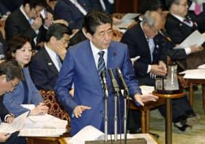 参院予算委で答弁する安倍首相(1日午前)=共同