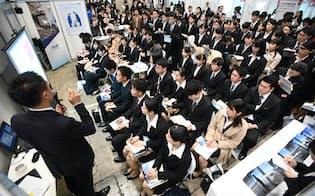 合同企業説明会で企業の担当者の話を聞く就活生(1日午前、千葉市美浜区の幕張メッセ)