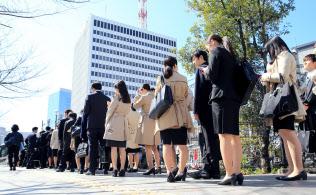 就職活動が解禁となりセミナーに向かう就活生(1日午前、東京都中央区)