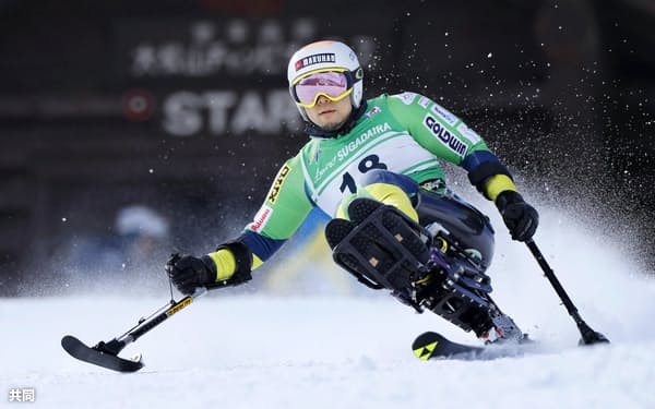 チェアスキーで滑る座位は今大会も狩野亮ら日本勢に金メダルの期待がかかる=共同