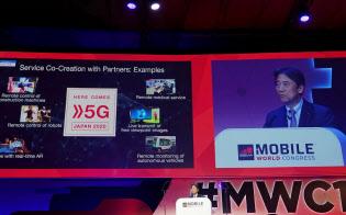 MWCの基調講演に登壇したNTTドコモの吉沢和弘社長。5Gを利用した実証実験の事例を紹介した