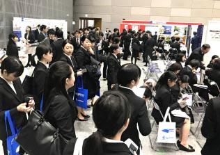 リクルートキャリア主催の合同企業説明会に100社以上の企業が出展した(札幌市)