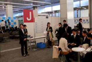 マイナビの合同会社説明会には約100社が参加(1日、東京都内)