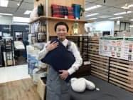 安土さんは寝具を自己負担で試し、客に提案する(1日、東急ハンズ新宿店)