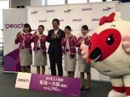 記念セレモニーに参加したピーチ・アビエーションの井上慎一CEO(左から3人め)