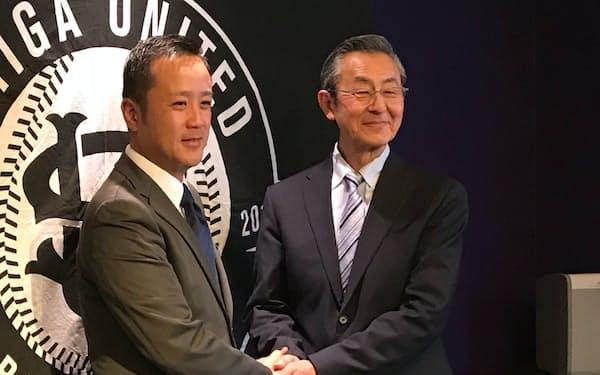 監督就任会見に臨んだ松本氏(右)(17年12月、左は鈴木代表)