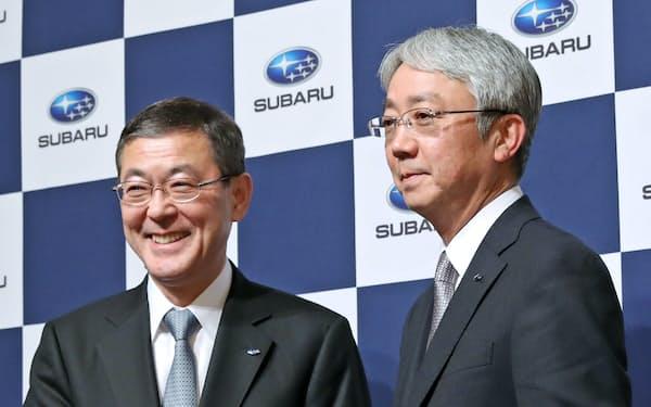 握手するSUBARUの次期社長に決まった中村知美専務執行役員(右)と会長になる吉永泰之社長(2日午後、東京都千代田区)