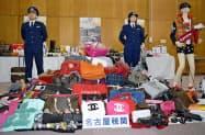 名古屋税関が2017年に押収した偽ブランド品(2日午後、名古屋市)=共同