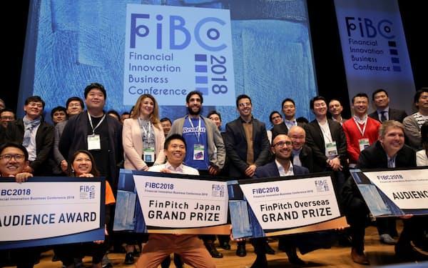 FIBCで「国内大賞」を受賞したジャストインケースの畑社長(前列中央左)=2日、東京都千代田区