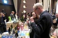 高級ボトル茶をワイングラスで試飲する海外のワイン生産者