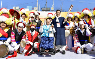 平昌冬季パラリンピックの聖火の採火式を終え、ポーズをとる人たち(2日、韓国・安養)=共同