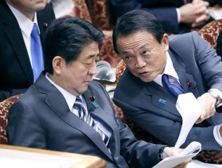 参院予算委での安倍首相と麻生財務相(2日午後)