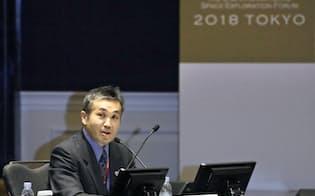国際宇宙探査フォーラムの開会式で司会をする若田光一さん(3日午前、東京都内)=共同