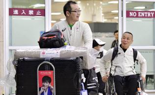 韓国・金浦空港に到着した、日本選手団主将を務めるパラアイスホッケーの須藤悟選手(手前)ら(3日)=共同