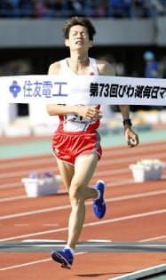 2時間10分51秒で日本人トップの7位に入った中村匠吾(4日、大津市皇子山陸上競技場)=共同