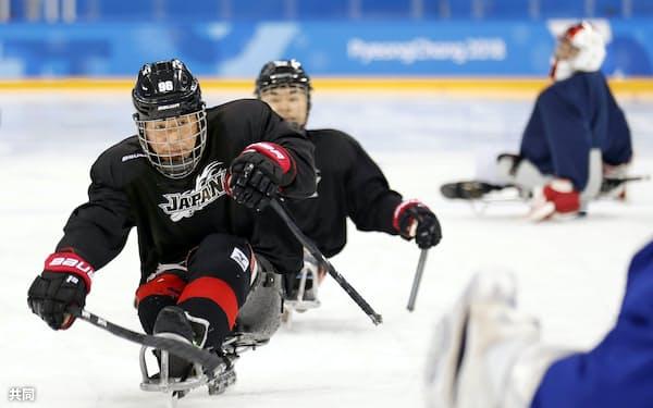 試合会場で初練習するパラアイスホッケーの熊谷(左)ら日本代表(4日、江陵)=共同
