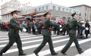 全人代開幕を控え、人民大会堂付近を警戒する警備関係者(4日、北京)=三村幸作撮影