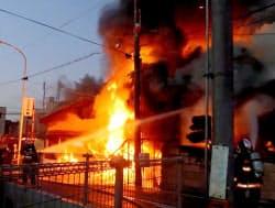 火災で激しく炎が上がる神戸電鉄三木駅(4日夕、兵庫県三木市)=近隣住民提供・共同