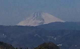 春がすみに包まれる富士山