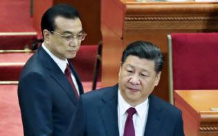 全人代に臨む習近平国家主席(右)と李克強首相(5日午前、北京の人民大会堂)=三村幸作撮影