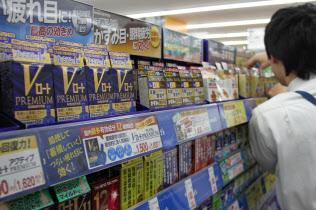 店頭では1500円前後の製品が目立つ(東京都世田谷区のトモズ三軒茶屋店)