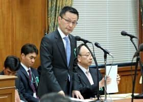 日銀副総裁候補として所信を述べる早大の若田部教授。右は日銀の雨宮理事(5日午後、衆院議運委)