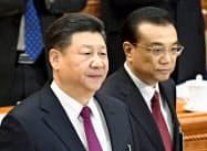 中国全人代に臨む習近平国家主席(左)と李克強首相=5日、北京の人民大会堂(共同)