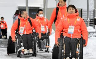 韓国・平昌の選手村に到着したアルペン座位の森井大輝選手(右端)ら(5日)=共同
