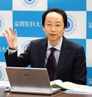 記者会見する滋賀医科大の三浦克之教授(5日午後、大津市)=共同