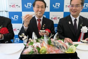 「お嬢サバ」を試食する平井知事(左)とJR西日本の梅谷米子支社長