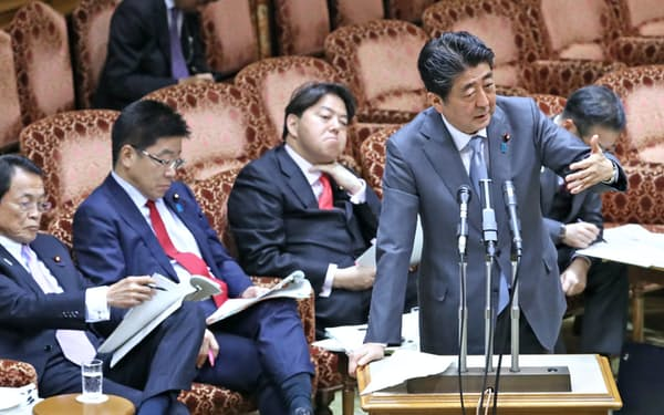 参院予算委で答弁する安倍首相(5日午前)