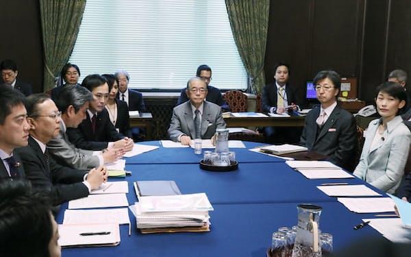 参院予算委の理事会に臨む各会派の理事(6日)