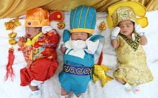 春節にちなみ中国風の衣装に身を包んだ新生児たち(バンコクのパオロ記念病院)